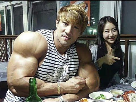 bodybuilder shoulder big